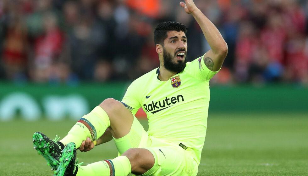 TØFFE DUELLER: Luis Suarez ble flere ganger liggende på gresset. Foto: Reuters/Carl Recine/NTB Scanpix