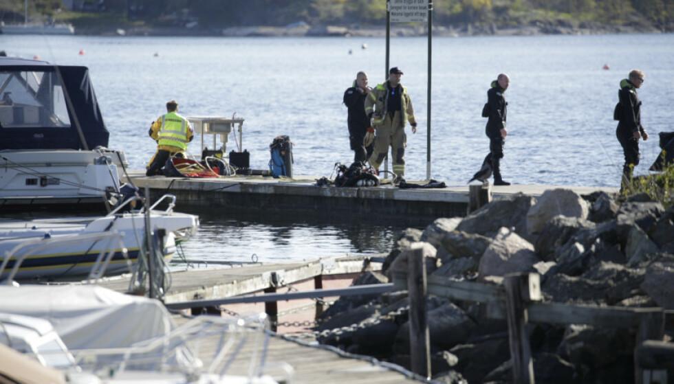 DYKKERE: Dykkere fra brannvesenet hentet opp mannen fra den sunkne bilen. Foto: Bjørn Langsem / Dagbladet
