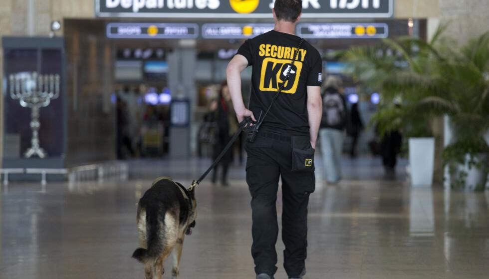 VAKTHOLD: En sikkerhetsvakt ved Ben Gurion ved Tel Aviv. Israel vil gå langt for å stanse aktivister i entre landet i forbindelse med Eurovision-finalen. Foto: NTB Scanpix