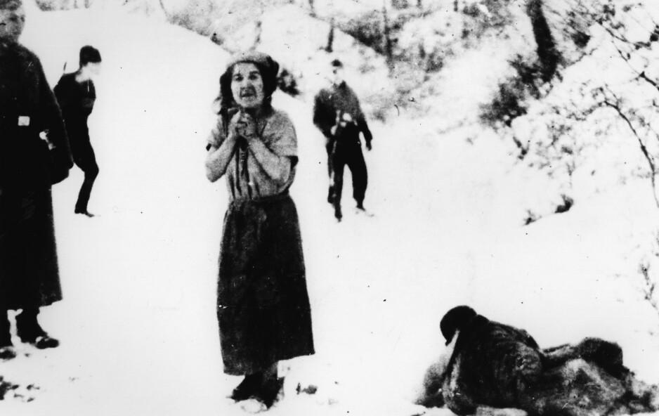 AKTION REINHARDT: En kvinne skal til å skytes i Belzec-leiren i 1942, under Aktion Reinhardt - nazistenes kodeord for utryddelsen av jødene i Generalguvernementet (den delen av Polen som var okkupert og ikke innlemmet i Tyskland etter invasjonen). Foto: AKG / NTB Scanpix