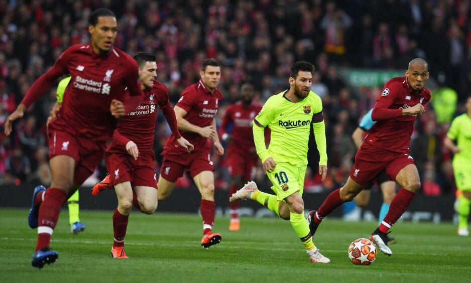 I DRIVET: Lionel Messi med fire spillere i hælene på Anfield. Foto: Paul ELLIS / AFP / NTB Scanpix