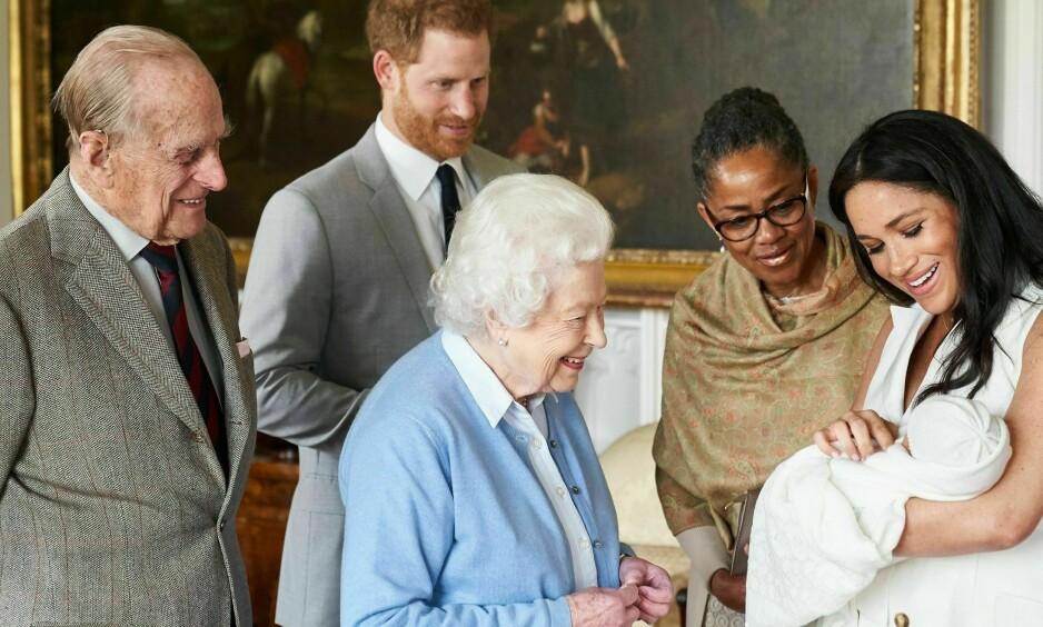 INTRODUSERT FOR OLDEMOR: Navneannonseringen ble delt sammen med dette bildet, der dronning Elizabeth får hilse på sitt nye oldebarn for første gang. Foto: NTB Scanpix