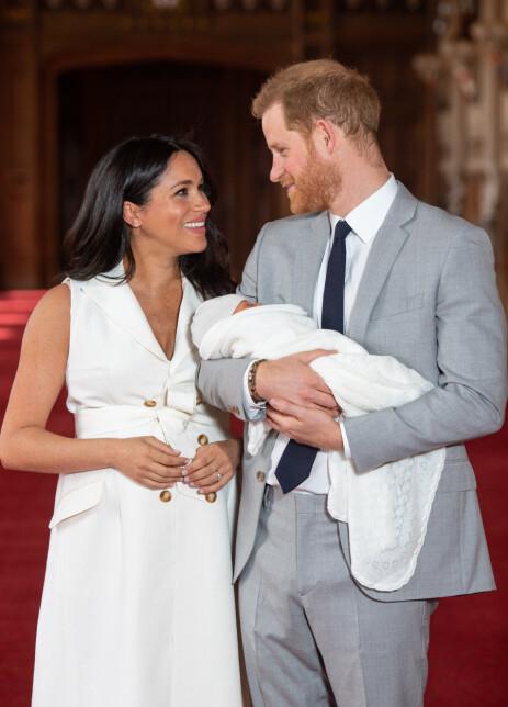 STOLTE: Meghan og Harry viste stolt fram sin nyfødte sønn onsdag. Gutten har fått navnet Archie Harrison Mountbatten-Windsor. Foto: NTB Scanpix