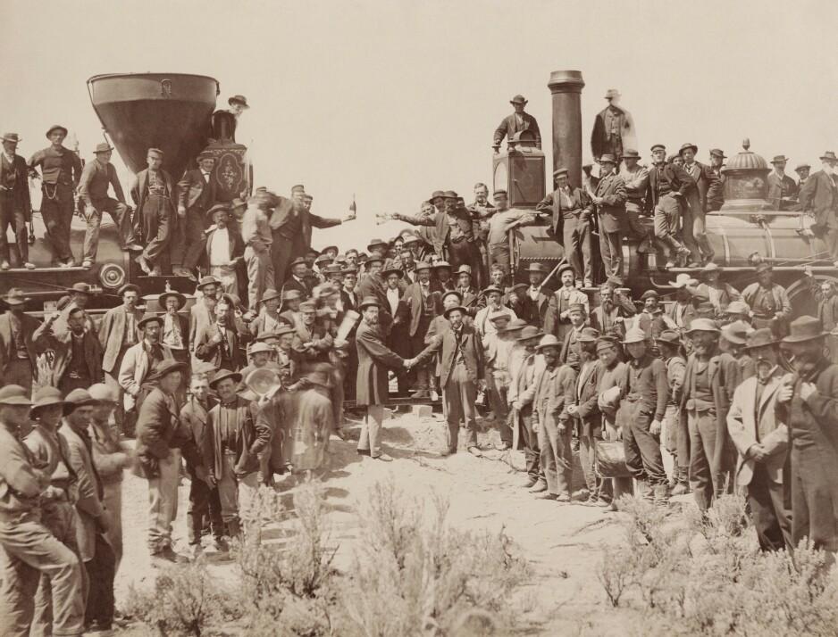LINJENE SPLEISES: 10. mai 1869 ble møtet mellom skinnene fra vest og skinnene fra vest markert med en gullspiker som ble slått ned med en sølvhammer. Stedet var Promonontory Summit i Utah. Foto: Wikipedia