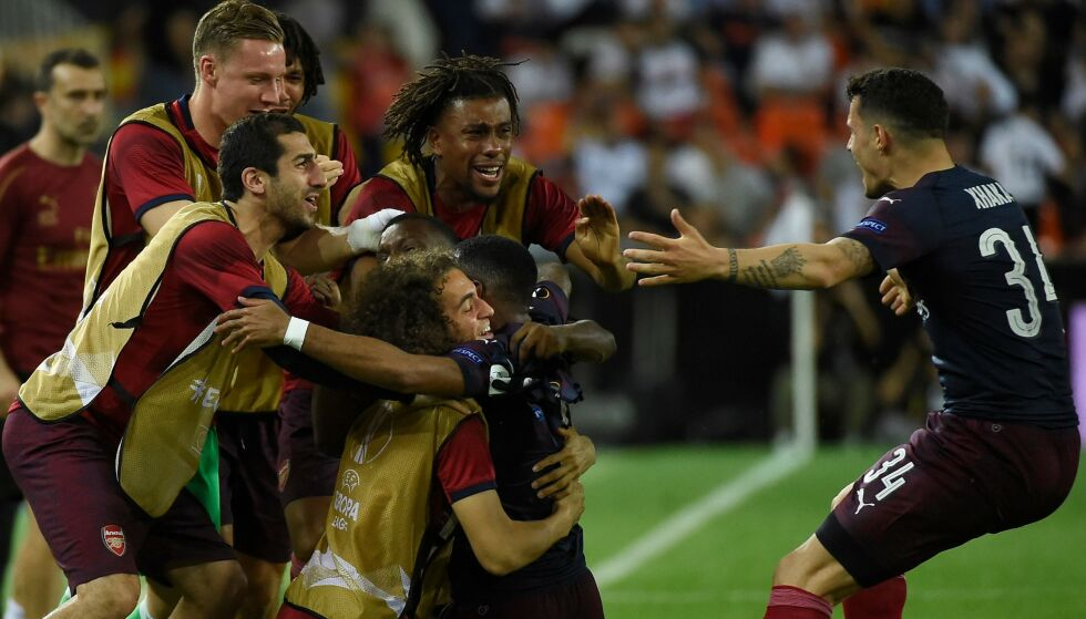 JUBEL: Arsenal-spillerne feirer finalebilletten. Foto: JOSE JORDAN / AFP / NTB Scanpix