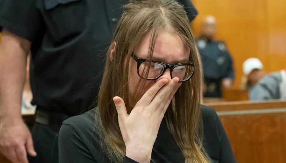 DØMT: Anna Sorokin er dømt til mellom fire og tolv år i fengsel. Hun brøt sammen da hun fikk straffen i New York. Foto: Steven Hirsch/Pool via REUTERS