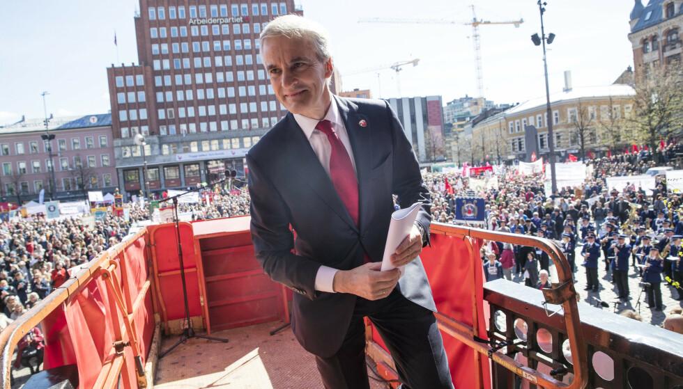 SVEKKET: Arbeiderpartiets leder Jonas Gahr Støre som hovedtaler under 1.mai arrangementet på Youngstorget i Oslo. Foto: Terje Bendiksby / NTB scanpix