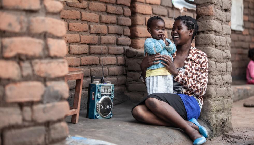 FM-RADIO: Ved hjelp av norsk utstyr, kan innbyggerne i Malawi bruke radioen i langt større grad enn tidligere. Foto: Plan International Norge
