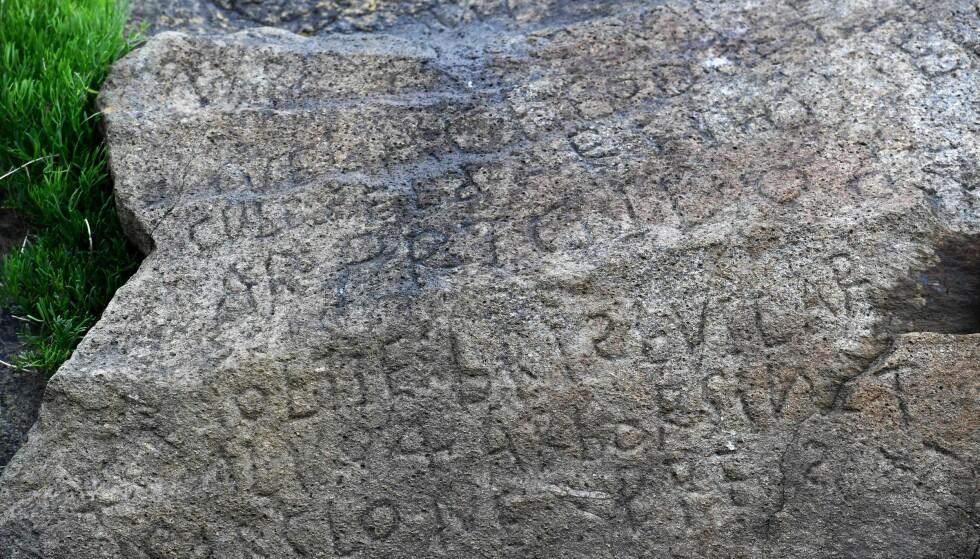 ULØST GÅTE: Siden ingen av landsbyens historikere eller arkeologer har klart å finne ut av historien bak steinen, og ingen har klart å tolke skriften på steinen, inviterer landsbyen nå til konkurranse. Foto: Fred Tanneau / AFP / Scanpix