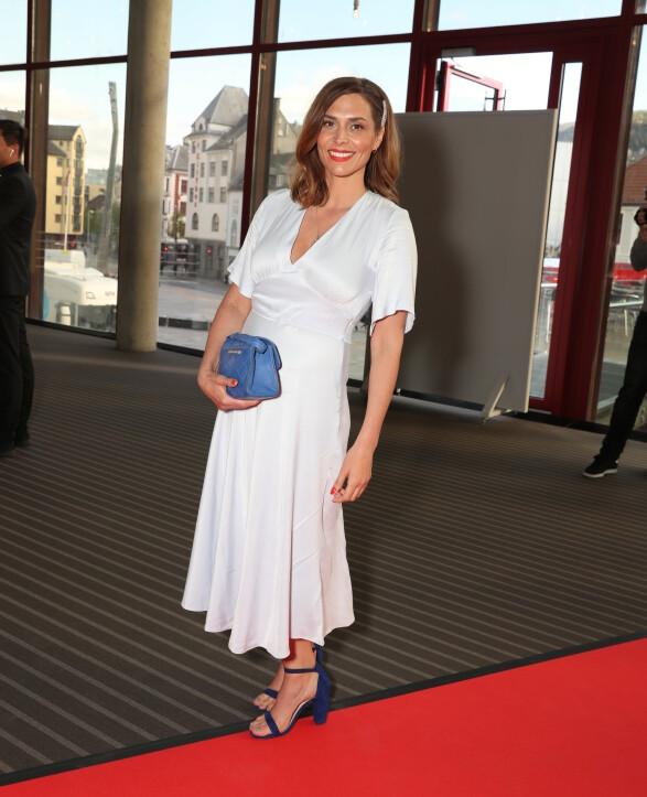 STILREN: Isabella Martinsen ga retro-vibber i denne elegante kjolen stylet med røde lepper og blått tilbehør. Legg merke til den trendy hårspennen! Foto: Andreas Fadum