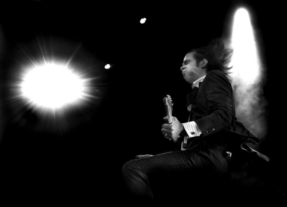DEN SVARTE ENGEL: Nick Cave er ute på en litt annerledes turne denne gangen. Han starter opp i Hamburg i kveld og kommer til Oslo med musikk og muligheter for å stille ham spørsmål live til helga med to konserter i Oslo Konserthus. Bildet er fra Norwegian Wood i 2009. Foto: Hans-Arne Vedlog