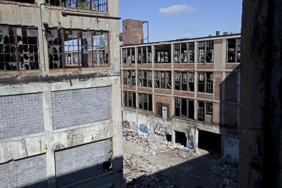 I RUINER: Detroit er den amerikanske byen på grensa til Canada som lenge var bildet på et velfungerende sosialdemokratisk kompromiss; industrialiseringen ga gode jobber for en stor middelklasse og fremtidsutsiktene var gode. I dag ligger store deler av byen i ruiner. Befolkningen er redusert med 60 prosent, jobbmulighetene er få og myndighetene sliter med å tilby borgerne tilgang på grunnleggende infrastruktur. I likhet med mange andre byer greide ikke Detroit den post-industrielle overgangen. Foto: NTB Scanpix