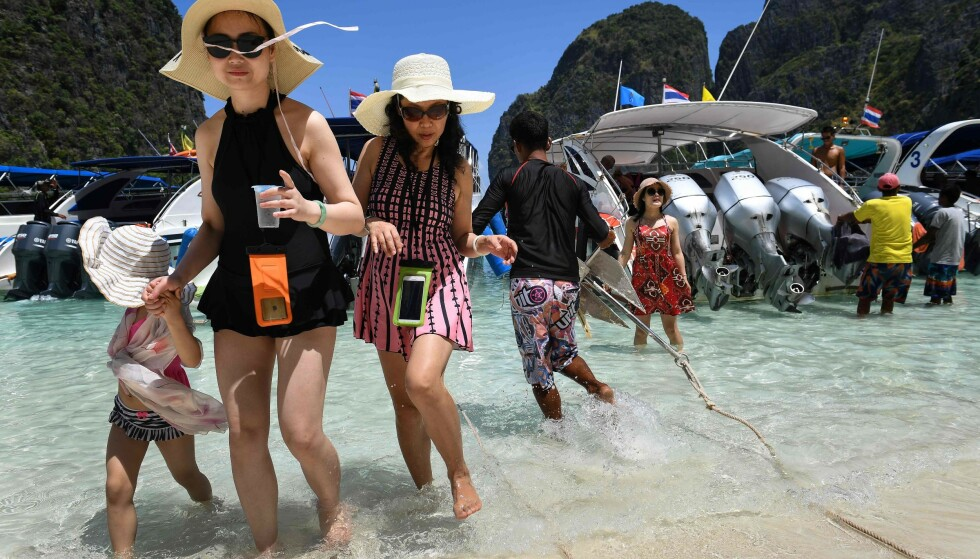 ØDELEGGELSER: Massiv tilstrømming av turister til den idylliske Maya bay-stranda på øya Koh Phi Phi Lee har ført til omfattende miljøskader. Foto: Lillian SUWANRUMPHA / AFP / NTB Scanpix