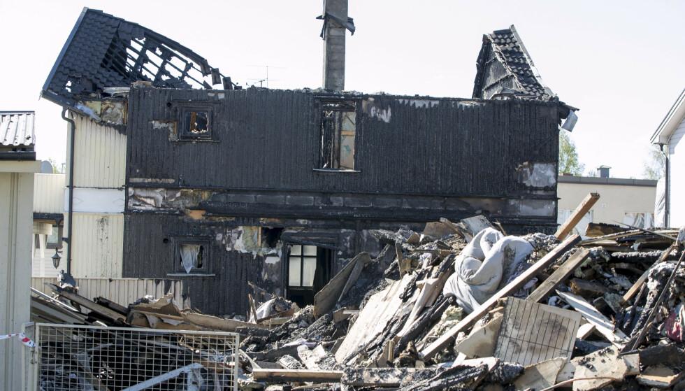 DØDSBRANN: To hus brant ned natt til søndag. To personer mistet livet. Foto: Terje Pedersen / NTB scanpix