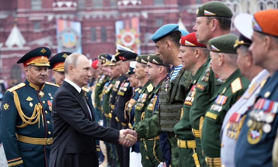 FEIRER: Russlands president Vladimir Putin hilser på veteraner under den russiske markeringen av seieren over Hitler-Tyskland, 9. mai. Foto: REUTERS / NTB Scanpix