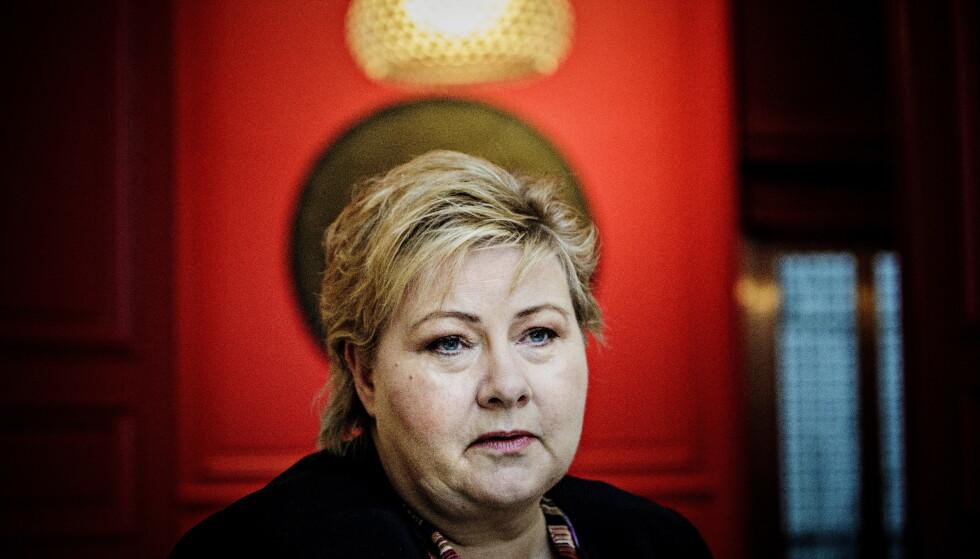 FASTHOLDER: Statsminister Erna Solberg (H) sier at når justisminister Jøran Kallmyr (Frp) takket de allierte for innsatsen under 2. verdenskrig, så takket han også Russland. Derfor mener hun å ha sine ord i behold fra et intervju med Dagbladet lørdag. Det syns utenrikskomiteens leder Anniken Huitfeldt (Ap) fremstår som pinlig. Foto: Nina Hansen