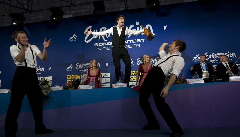 TI ÅR: Det er gått ti år siden Alexander Rybak tok hjem seieren i Eurovision Song Contest. Her feirer han etter seieren. Foto: Henning Lillegård