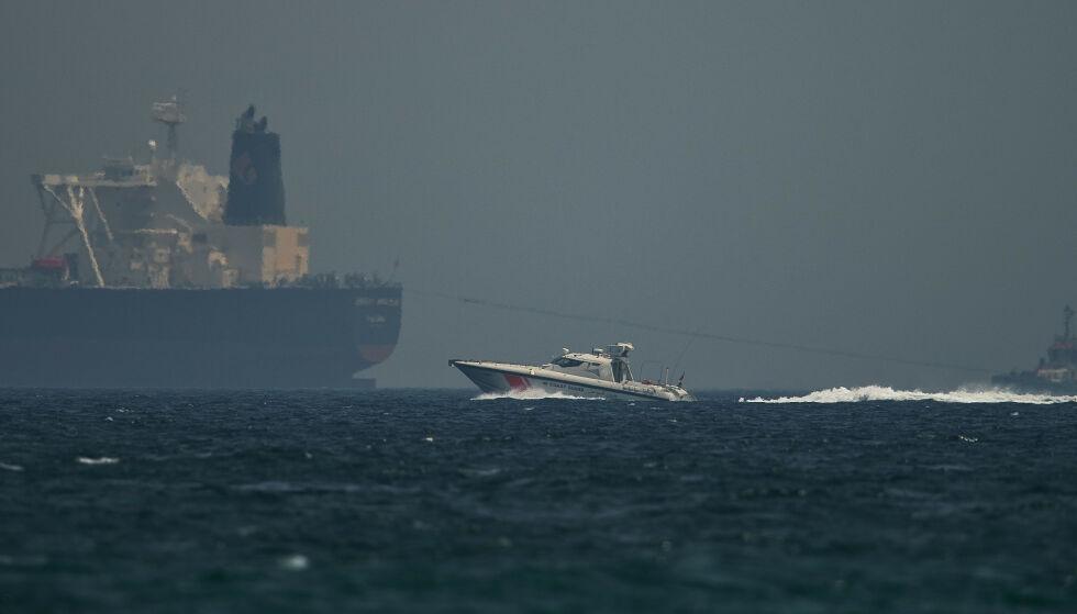 SABOTASJE: En båt tilhørende De forente arabiske emiraters kysvakt passerer en oljetanker utenfor havnebyen Fujairah i Emiratene mandag. Foto: Jon Gambrell / AP / NTB Scanpix