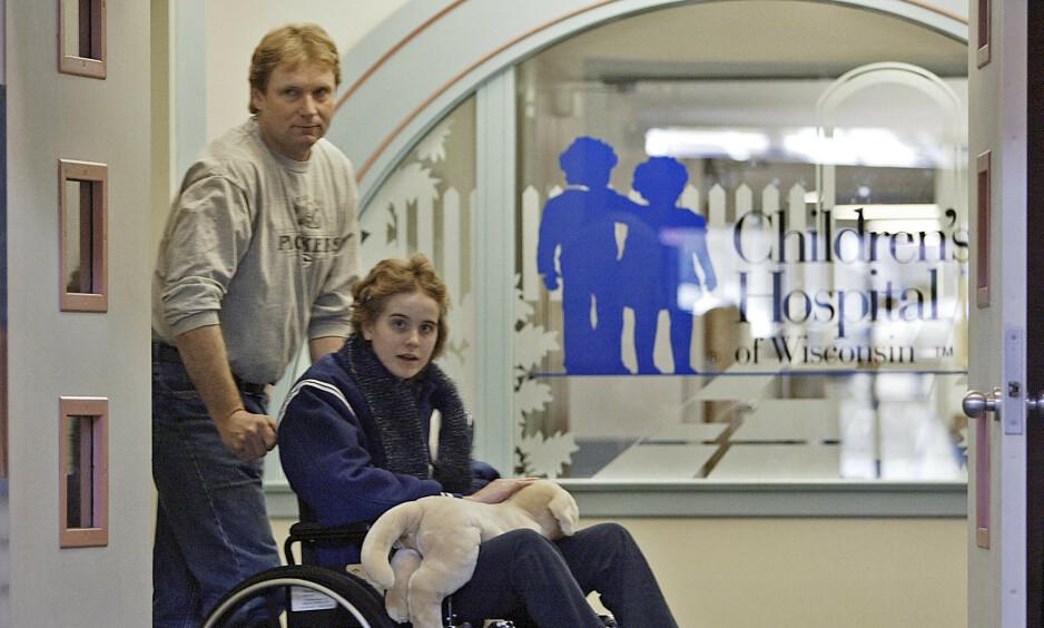15 ÅR: Jeanna Giese, 15, dyttes ut av sykehuset av sin far John. Hun ble kjent som den første personen som overlevde rabies uten vaksine før utbrudd. (AP Photo/Morry Gash)