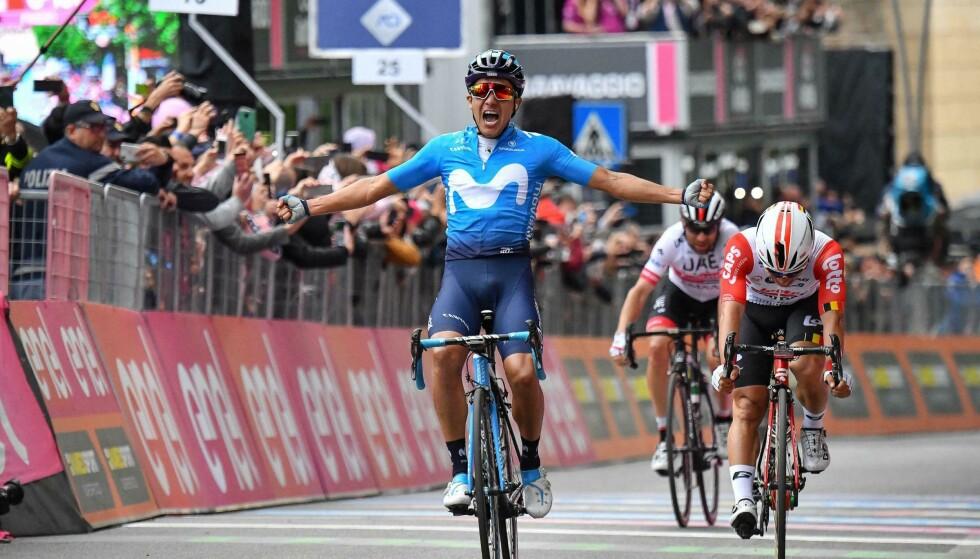 JUBEL: Richard Carapaz jubler over seier i den fjerde etappen av Giro d'Italia tirsdag. Foto: Alessandro Di Meo / ANSA via AP / NTB scanpix.