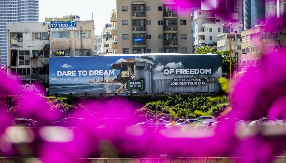 OMSTRIDT: Reklameskiltet langs motorveien i Tel Aviv er satt opp av organisasjonen Breaking the Silence, og fordømmes av myndighetene. Foto: Christian Roth Christensen / Dagbladet