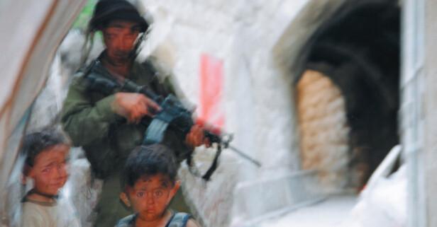 UTSTILLING: «Jeg trodde jeg var immun. Det gikk opp for meg at jeg, en tenkende, artikulert, etisk og moralsk mann begynte å bli avhengig av å kontrollere mennesker.», sier en soldat overfor Breaking the Silence. Foto: BTS