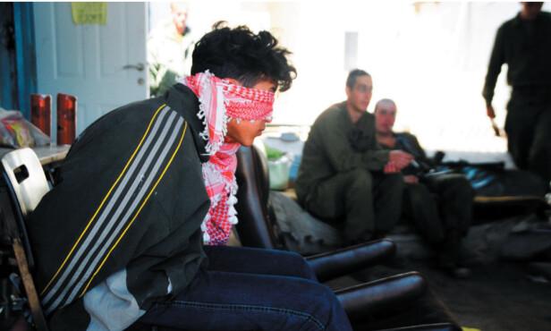 PÅ UTSTILLING: Et bilde av en pågrepet palestinsk gutt fra en fotoutstilling av Breaking the Silence. Foto: BTS