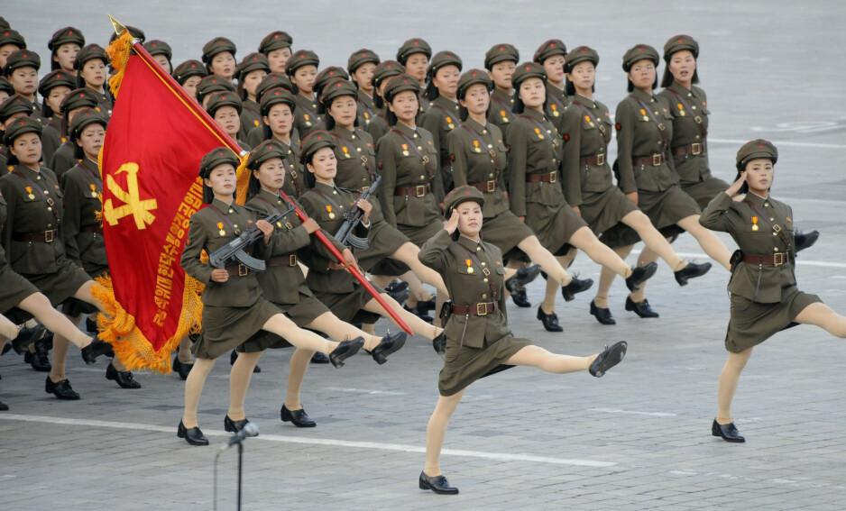 BYGD PÅ MAKT: Det nordkoreanske systemet bygger på rå makt, inkludert militær styrke - her framvist under en parade i Pyonyang - og bruk av fangeleire og tortur av verste slag. Forfatteren D.B. John har grundige studier bak seg som han har bakt inn i handlingen i thrilleren «Nordstjernen». Foto: NTB Scanpix