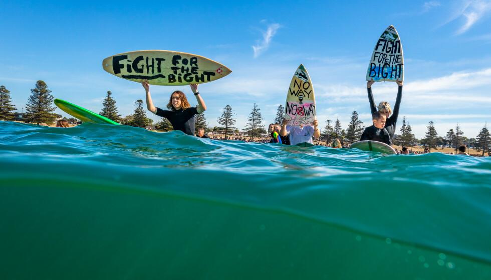 DEMONSTRASJON: Surfere i byen Torquay i Victoria demonstrerer mot Equinors planer om oljeleting i Australbukta 20. april i år. Foto: Adam Snow/Surfrider Foundation Australia / NTB scanpix