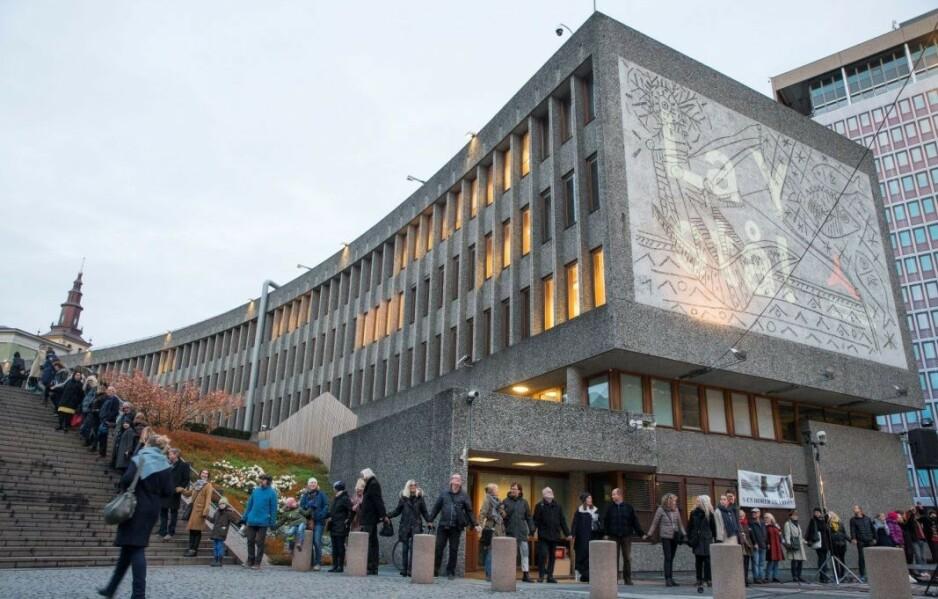 De av regjeringens medlemmer som går inn for å rive hele Y-blokken, spesielt statsråd Monica Mæland, bør umiddelbart unne seg en dagsreise til Paris for å se Picassos utstilling der, skriver innsenderen. Bilde fra en av markeringene mot riving. Foto: Håkon Mosvold Larsen / NTB Scanpix