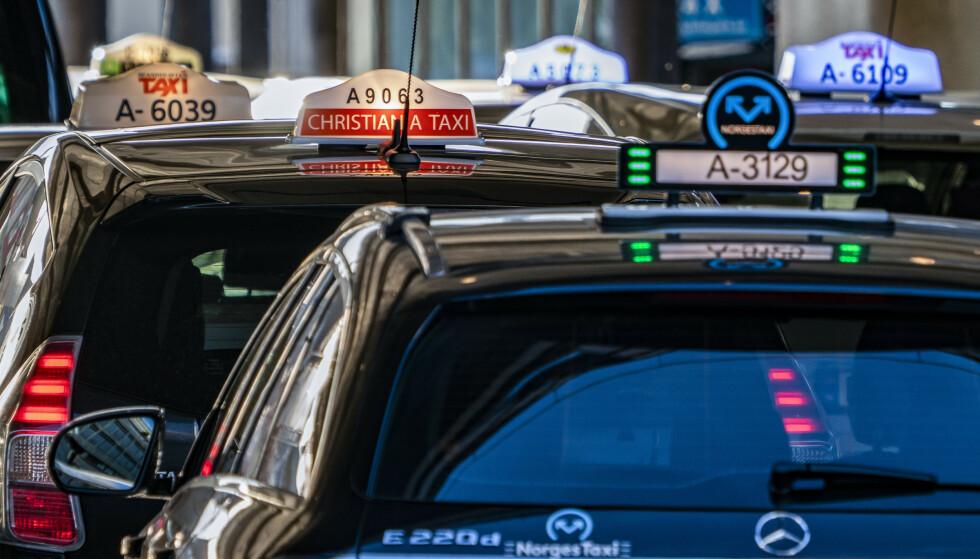 Drosjer fra ulike selskaper på holdeplassen utenfor Oslo S. Christiania Taxi. Foto: Heiko Junge / NTB scanpix