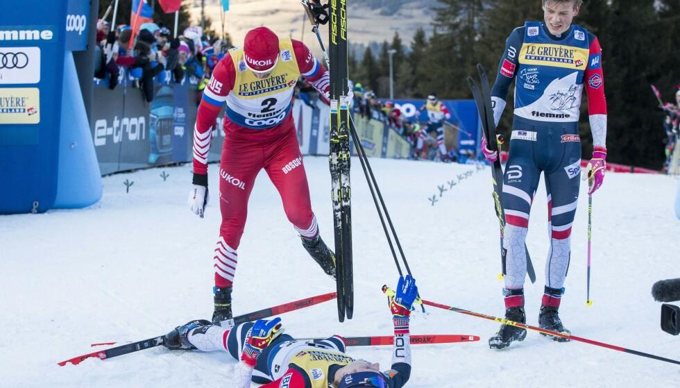 MONSTERBAKKEN: Johannes Høsflot Klæbo og Sergej Ustjugov sammen med en liggende Simen Hegstad Krüger på toppen av bakken. Foto: NTB scanpix