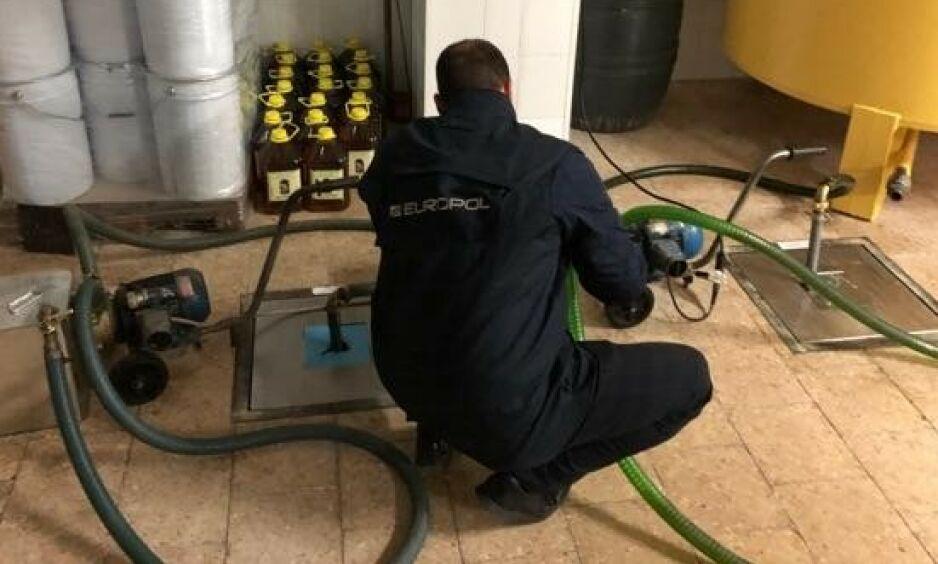 AVSLØRT: Tomme kanner, klare til å fylles med falsk olivenolje, var blant det som ble oppdaget da Europol slo til. Foto: Europol