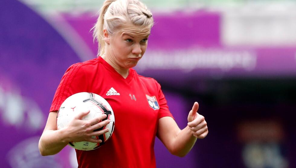FIN I RØDT, HVITT OG BLÅTT: Ada Hegerberg savner å spille for Norge, hun sier det selv. Savner hun det nok tar hun bladet fra munnen, løfter saken dit den hører hjemme og prøver å løse den. Foto: Bernadett Szabo, Reuters.