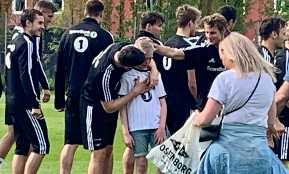 STERKT MØTE: Christer Mandelid Dyngen gråt og gråt da han fikk møte det store idolet sitt, Pål André Helland. Her legger Rosenborg-spilleren armen rundt den unge supporteren. Foto: Tore Ulrik Bratland