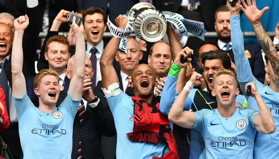 HISTORISKE: Etter å ha vunnet alle tre trofeene i England denne sesongen sier Vincent Kompany farvel til Manchester City. Foto: Daniel LEAL-OLIVAS / AFP /NTB Scanpix