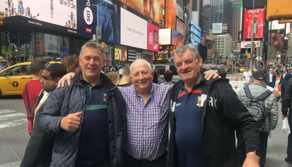 TURISTER: Uvanlig nok hadde ikke de tre mennene med seg telefon eller kamera da de vandret rundt på Times Square. Foto: Christina Boniello / Twitter