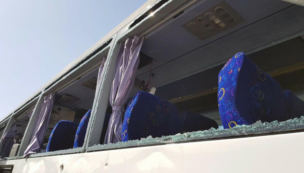KNUSTE RUTER: Flere av bussens ruter har blitt knust. Foto: REUTERS/Ahmed Fahmy