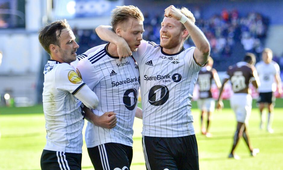 MATCHVINNER: Alexander Søderlund (i midten) feirer sammen med Mike Jensen (t.v.) og Gjermund Åsen. Rosenborg slo Mjøndalen 3-2. Foto: Ole Martin Wold / NTB Scanpix