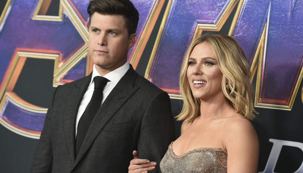 SKAL GIFTE SEG: Colin Jost og Scarlett Johansson. Foto: Jordan Strauss/Invision/AP