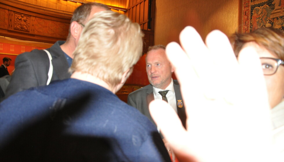 BLOKKERTE LINSA: Byråd Tone Tellevik Dahl ville ikke at lokalavisjournalist skulle ta bilde av byrådslederen, og blokkerte kameralinsa etter betent byrådsmøte. Foto: Arnsten Lindstad