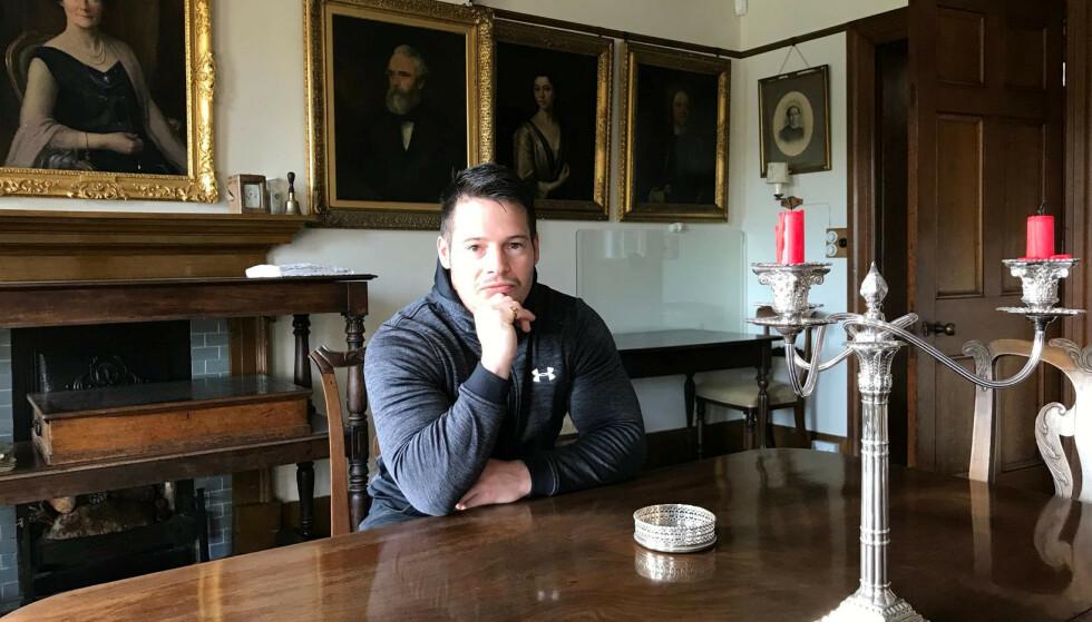 ARVING: - Folk sier jeg er heldig, men jeg ville byttet bort alt for å få være med Charles og at han kunne få vite at jeg er hans sønn, sier Jordan Adlard Rogers. Her sitter han i den ene stua i den gigantiske Penrose-eiendommen i Cornwall i Sørvest-England. Foto: SWNS / NTB Scanpix