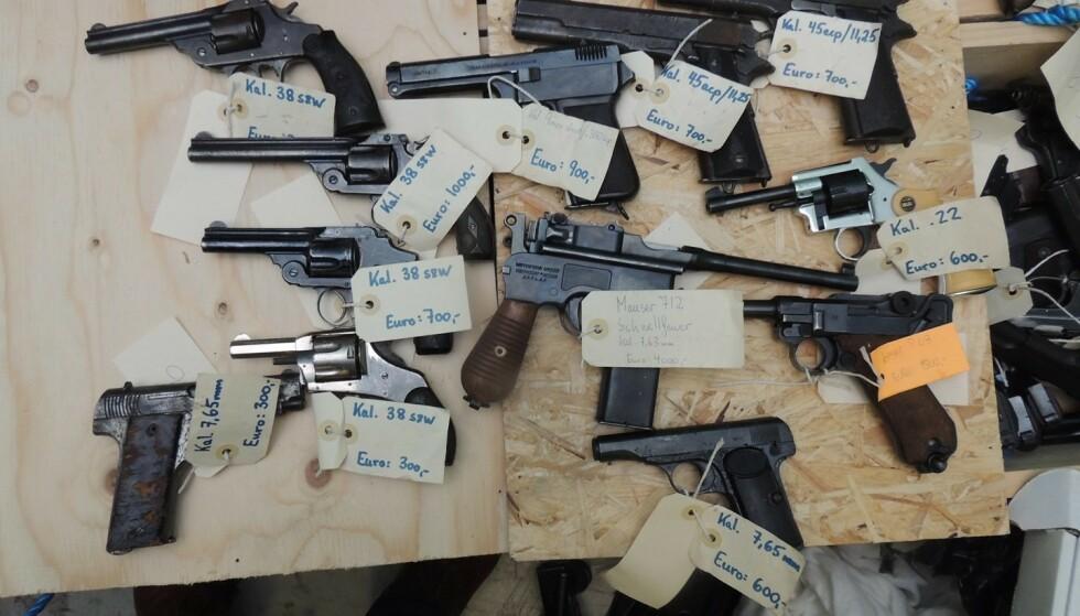 SALG: Disse uregistrerte våpnene ble funnet hos en siktet i saken. Alle var merket med priser i europ, og politiet mener de skulle selges utenfor Norge. Foto: Politiet