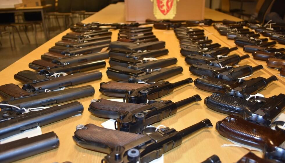 SKARPE: Ifølge politiet ble alle disse skarpe håndvåpnene funnet hos en av de siktede i «Bonanza». De var feilaktig utmeldt av våpenregisteret som plombert eller destruert. Foto: Politiet