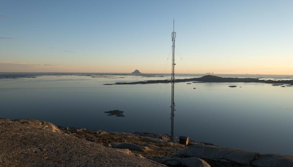 MOBILNETT: En mobilmast på Helgelandskysten. Øya Lovund i bakgrunnen. Foto: Gorm Kallestad, NTB Scanpix.