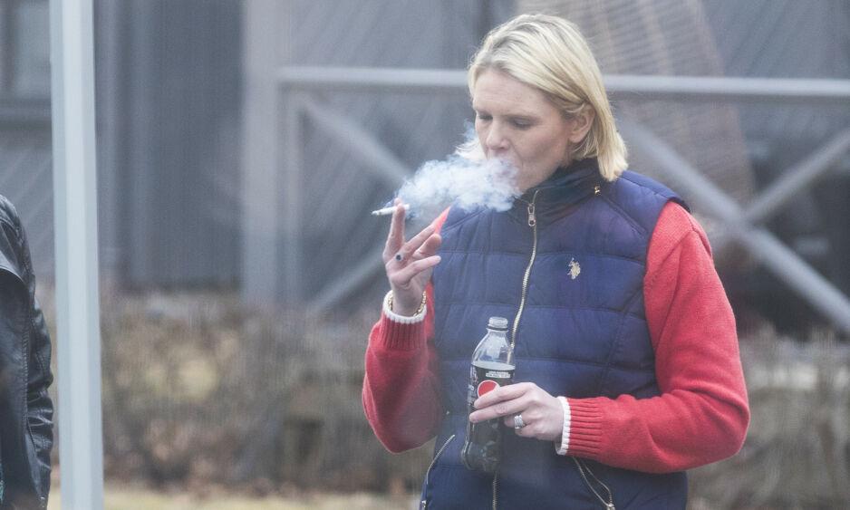 BLÅSER: Folkehelseminister Sylvi Listhaug sier hun regner med at Frps stortingsgruppe følger tobakkskonvensjonen, som sier man ikke skal ha kontakt med tobakksindustrien. Her fra Frps landsmøte i 2018, der Listhaug tok seg en røykepause. Foto: Heiko Junge / NTB scanpix
