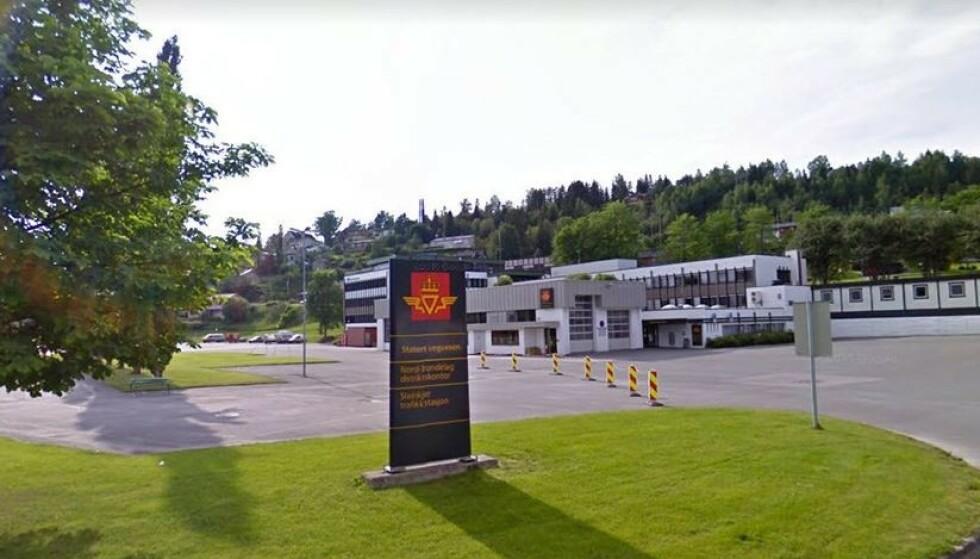 PRAKTBYGG: Statens Vegvesen sine lokaler på Steinkjer kostet 120 millioner kroner, skriver Trønder-Avisa. Nå kan halvparten av de ansatte forsvinne derfra. Foto: Google Maps.