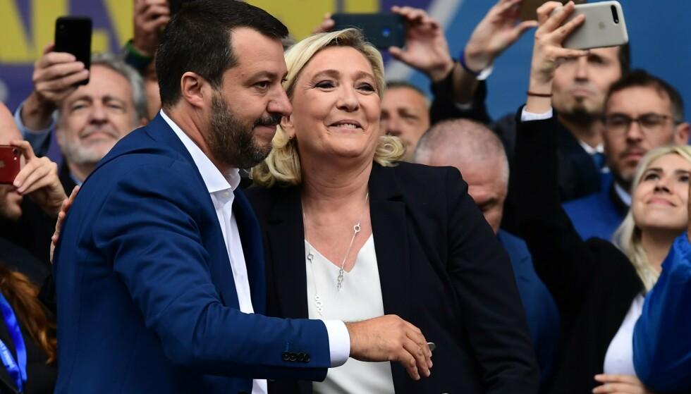 SKJEBNEVALG: Lederen for Lega i Italia, visestatsminister Matteo Salvini, og lederen for Nasjonal Samling i Frankrike, Marine Le Pen, blant forbundsfeller i Milano foran valget til Europaparlamentet. Ytre høyre vil nå heller erobre EU enn å melde seg ut. Foto: Miguel Medina / AFP / NTB Scanpix