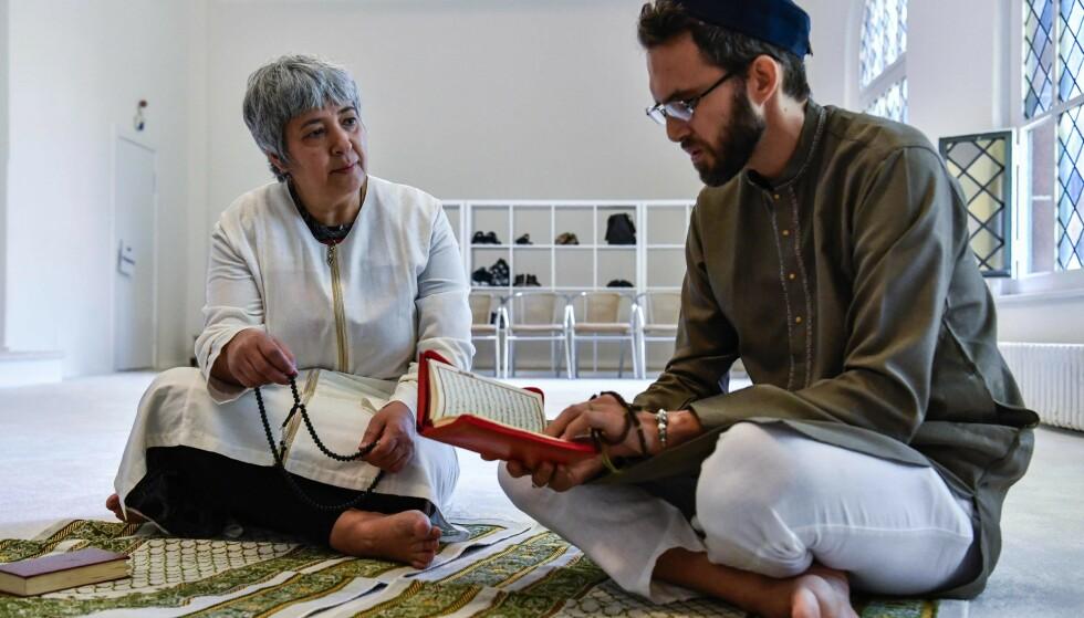 LIBERAL: Tysk-tyrkiske Seyran Ateş har åpnet en moské der alle er velkomne, uansett kjønn og legning. Her sammen med den franske imamen Ludovic-Mohamed Zahed, som er åpent homofil, før en fredagsbønn i 2017. Foto: NTB SCANPIX