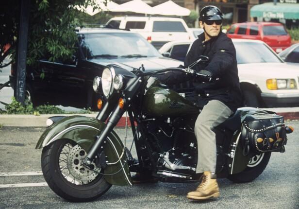 KRASJET: Clooney har kjørt motorsykkel i over 40 år, men har nå parkert kjøretøyet for godt. Dette bildet er ikke fra ulykken, men tatt ved en annen anledning. Foto: NTB Scanpix